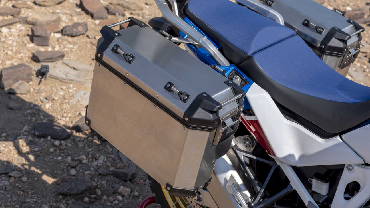 Gros plan sur les valises du trail Honda Africa Twin Adventure Sports